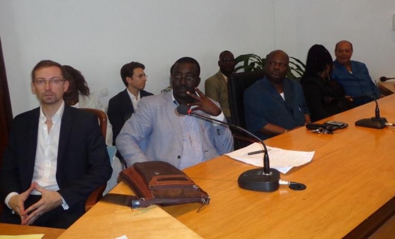 Responsables des ONG Abepa et Le Paradis et autorités locales pendant la cérémonie