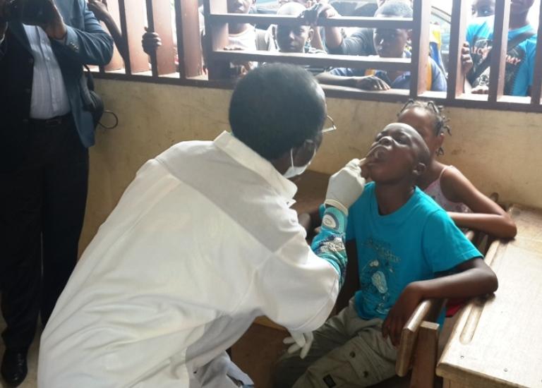 Cet écolier a eu droit à un check up de la bouche @ gabonactu.com
