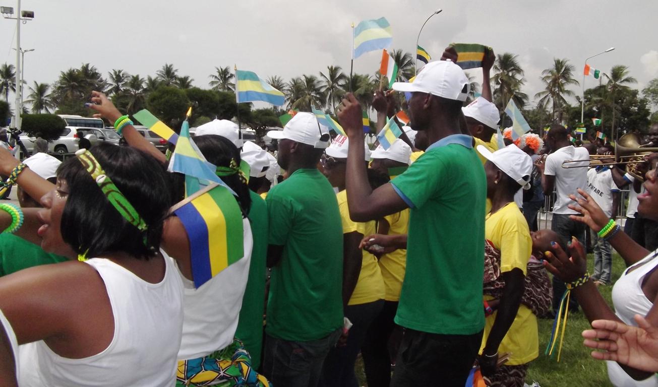 Accueil délirant pour Ali Bongo à Abidjan