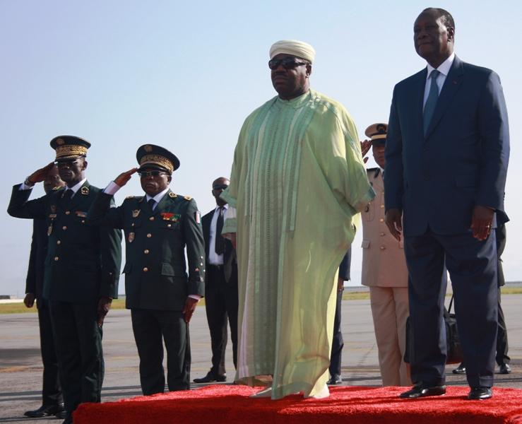 Ali Bongo Ondimba et Alassane Ouattara à l'aéroport Felix Houphouët Boigny d'Abidjan @ DCP