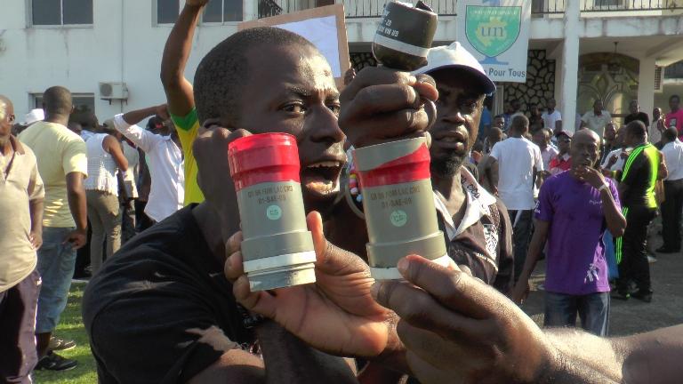 Des manifestants brandissant des douilles de gaz lacrymogène @gabonactu.com