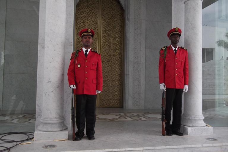 Des soldats montant la garde devant l'entrée de la tombe d'Omar Bongo Ondimba @gabonactu.com