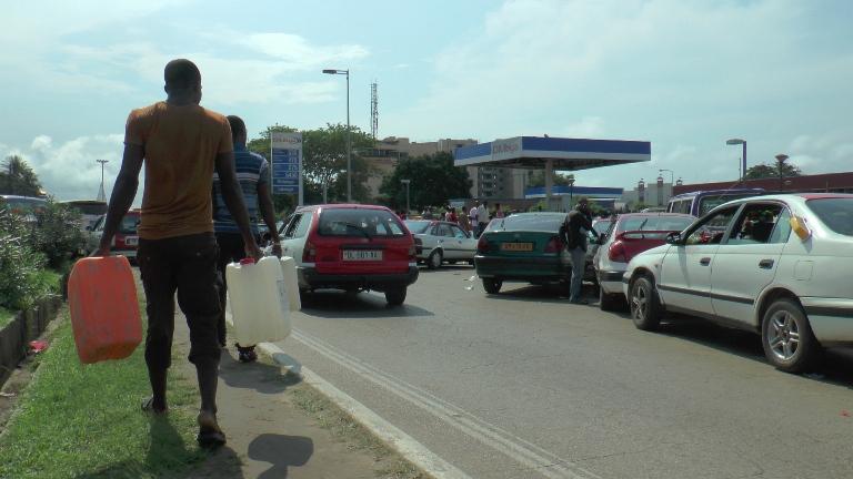 depuis samedi, acheter le carburant dans les bidons était devenu un sport national @ Gabonactu / Yves Laurent GOMA