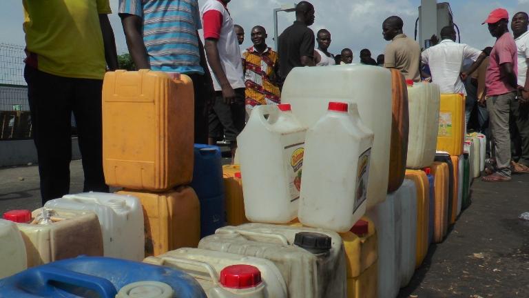 Les bidons de toutes les couleurs et contenances @ gabonactu.com / Yves Laurent GOMA