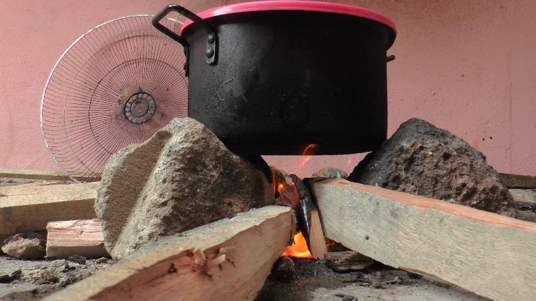 Elle a préféré le feu de bois pour cuire le repas @ gabonactu.com