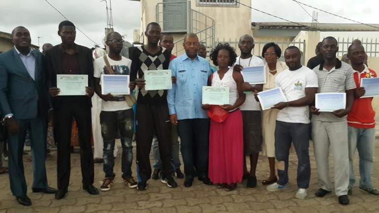 Alexandre Barro Chambrier et les jeunes formés à la conduite@gabonactu