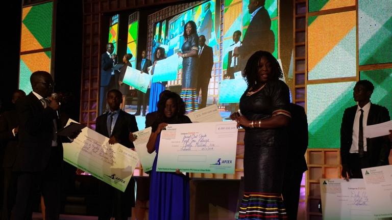 La représentante de la Banque mondiale avec un lauréat @gabonactu.com