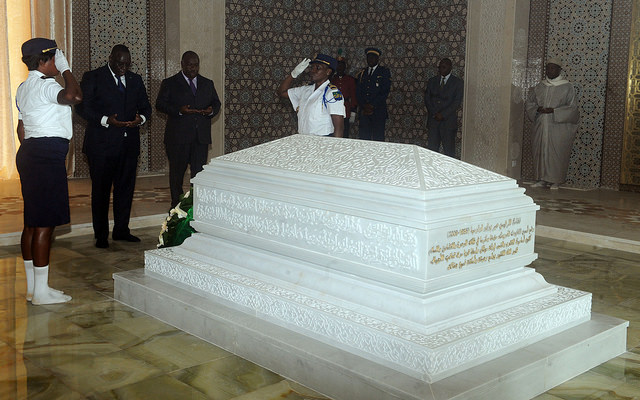 Sall et Bongo Ondimba en pleine prière devant la tombe d'Omar Bongo @gabonactu.com/DCP