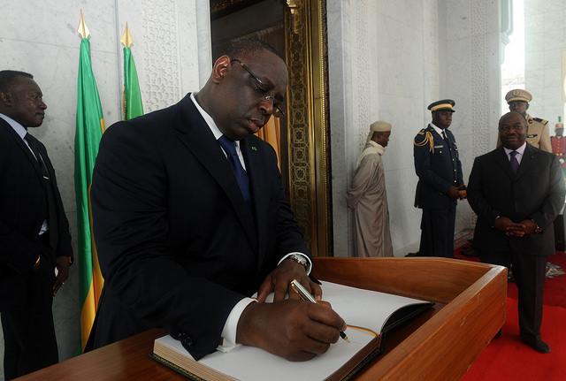 sall signant livre d'or @gabonactu.com/DCP