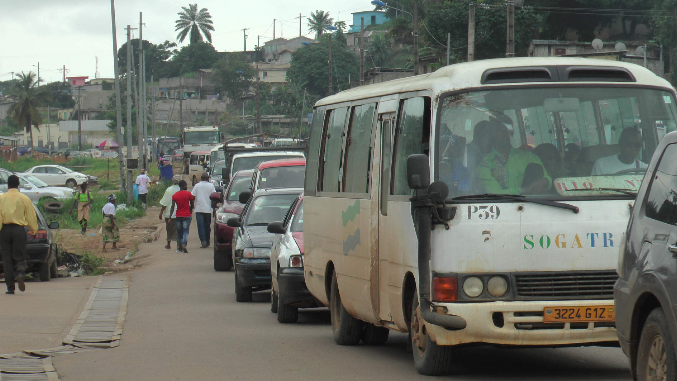 les colonnes de voitures interminables@gabonactu.com