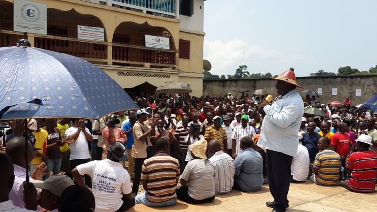 """Jean Rémy Yama, le président du collectif Dynamique unitaire et sa """"troupe"""" @ Gabonactu.com / Sydney Ivembi"""