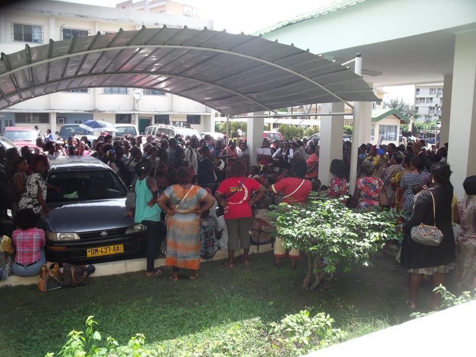 Vue des enseignants du Pré Primaire dans le parking du ministère de l'éducation nationale @ DR