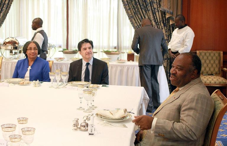 Ali Bongo passe à table avec deux diplomates américains