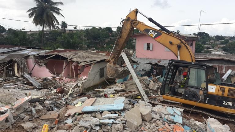 Une vue des travaux de démolition des cases au PK 6 @ gabonactu.com