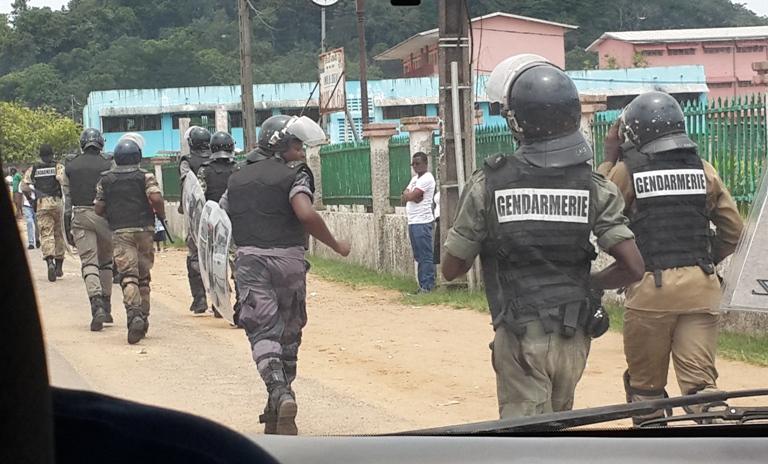 Vue partielle des gendarmes pourchassant   des fauteurs de troubles @ gabonactu.com