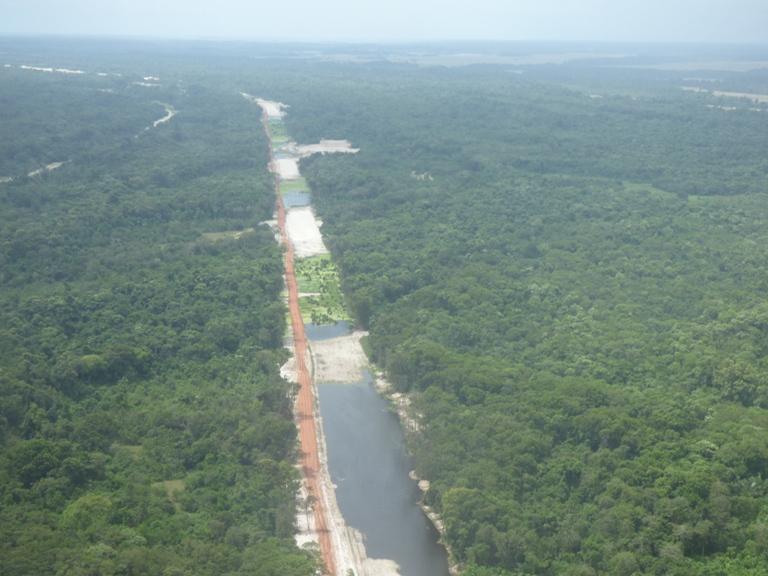 La route et l'eau font route ensemble @ gabonactu.com