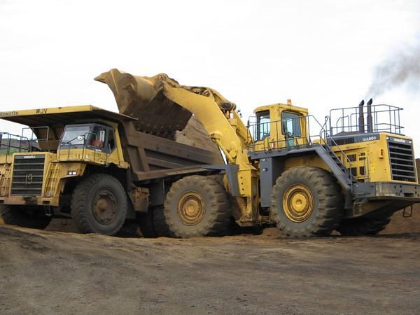 Les engins qui exploitent les minerais à ciel ouvert de Moanda @ Gabonactu.com