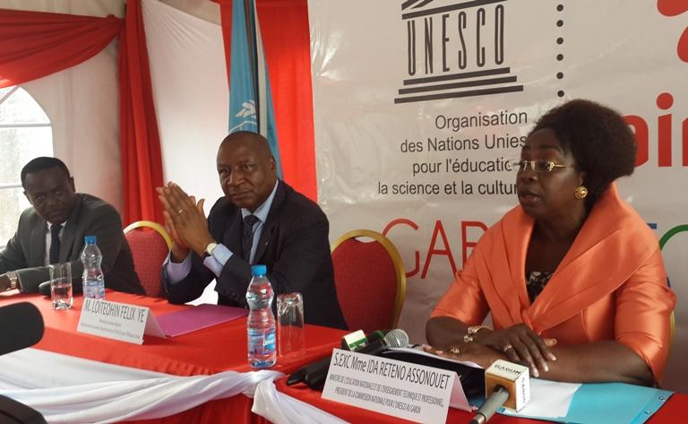 La ministre Ida Reteno Assonouet à côté du représentant de l'UNESCO et du DG d'Airtel @ gabonactu.com