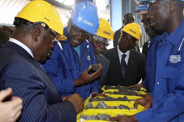 Des échantillons des produits finis sortis des usines inaugurées ce vendredi présentés à Ali Bongo, Guy Nzouba Ndama (Pdt Assemblée nat) et Paul Biyoghe Mba (CES) @ DCP