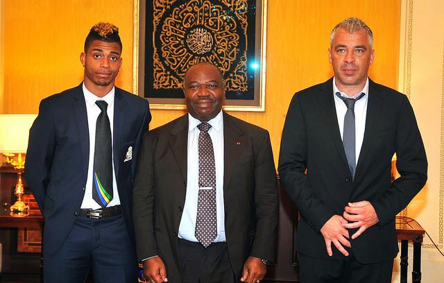 De gauche à droite : Mario Lémina, Ali Bongo Ondimba (chef de l'Etat gabonais) et Jorge Costa (sectionneur national) @ DCP