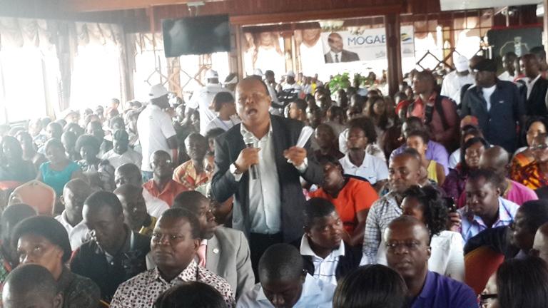 Un habitant  quartier Mindoubé II posant la question le 27 juin à Libreville@ Gabonactu.com
