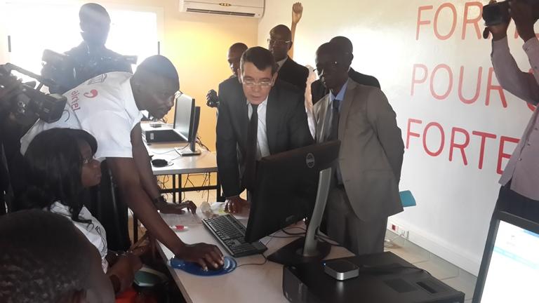 M. De Faria s'imprégnant des explications d'un formateur le 8 juin 2015 au centre de formation IAI @ Gabonactu.com