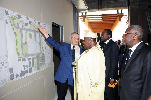 Ali Bongo Ondimba devant un plan du futur CHU @ DCP