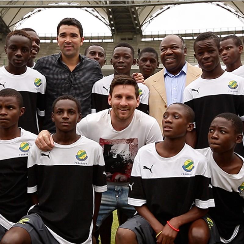 Lionel Messi à Libreville au milieu des élèves d'une école de foot