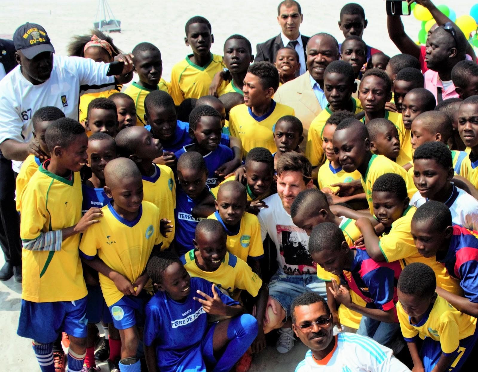 Lionel Messi en compagnie des élèves d'une école de football à Port-gentil @ stop-kongossa.com