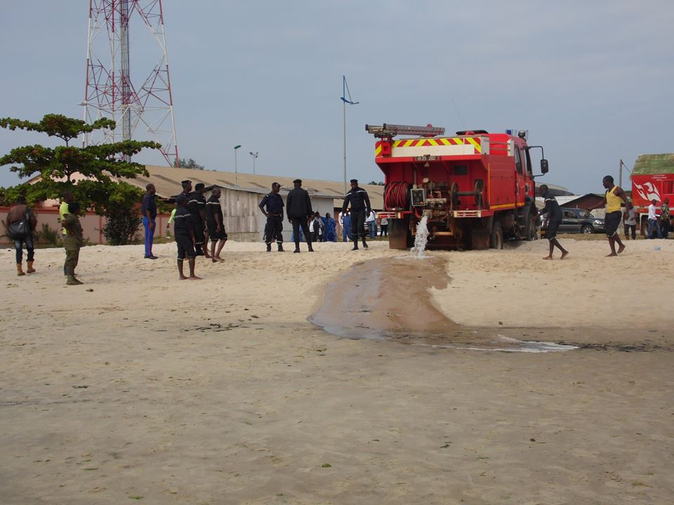 Les sapeurs pompiers venus au secours de l'animal ont été freinés par le sable @ DTK