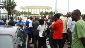 Les curieux devant les locaux de la DGR @ Gabonactu.com