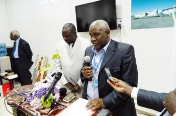 Alfred-Pierre Etouké (micro) durant une cérémonie de la compagnie @ Archives DR