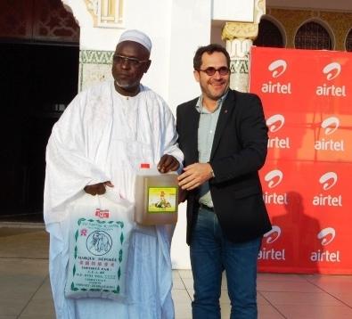 Remise symbolique du don par le  DG d'Airtel  à un des imams  des différentes mosquées  de Libreville @ photo Infos Gabon