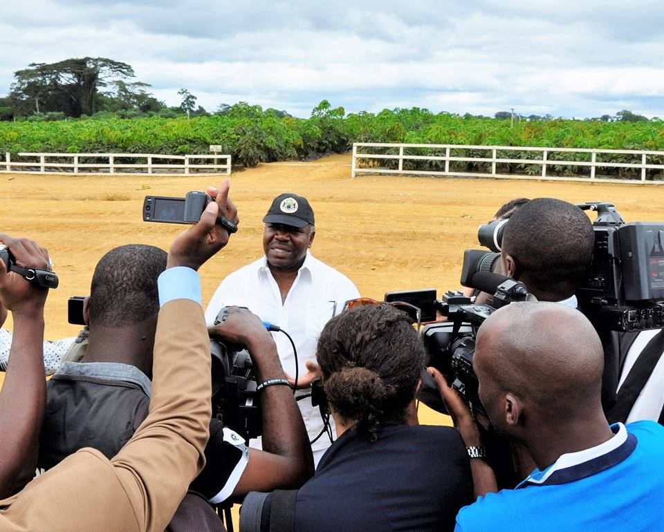 Ali Bongo Ondimba durant une interview après la visite de la plantation @ Facebook Ali Bongo