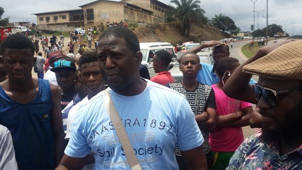 Le président de l'ONG soutenu par les populations dépassées par la fréquence des accidents mortels à cet endroit @ Gabonactu.com