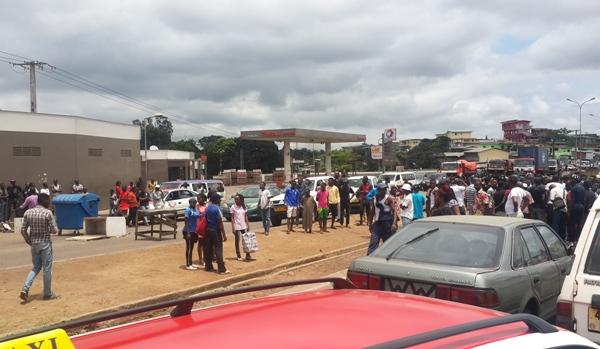 Des populations en colère barricadent la voie expresse et exigent des passerelles