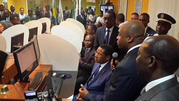 Le Premier ministre lançant la cotation dans la salle de la bourse @ Gabonactu.com