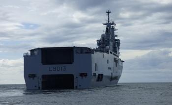 Le petit navire s'encastre dans le Mistral par cette ouverture à l'arrière