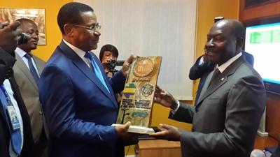 Remise d'un présent au Premier ministre par Henri Claude Oyima, PCA de la BVMAC @ Gabonactu.com