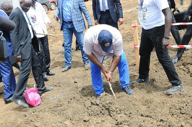 Ali Bongo Ondimba a repiqué une bouture de manioc dans la Ngounié @ DCP
