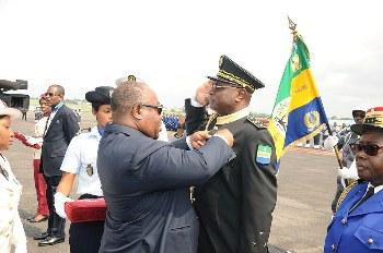 Ali Bongo Ondimba décorant le chef d'Etat major général des armées gabonaises, Bibaye Itandas @ DCP