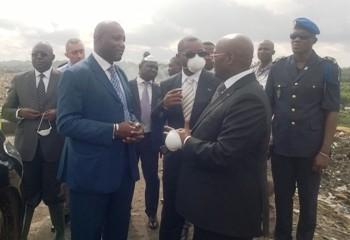 Le DG de l'environnement, Léandre Ebobola Tsiba (costume bleu) et le ministre de l'Intérieur Pacôme Moubelet Boubeya @ JE Ndziengui Mangala