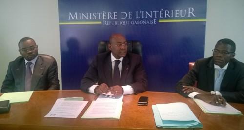 Maixent Mamiaka (gauche), ministre délégué  et Pacom Moubelet Boubeya (centre) avec Lambert Noel Mata (SG intérieur) @ Jean Eric Ndziengui Mangala