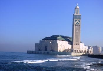 Vue extérieure de la mosquée Hassan II érigée en partie sur l'océan atlantique @ Gabonactu.com