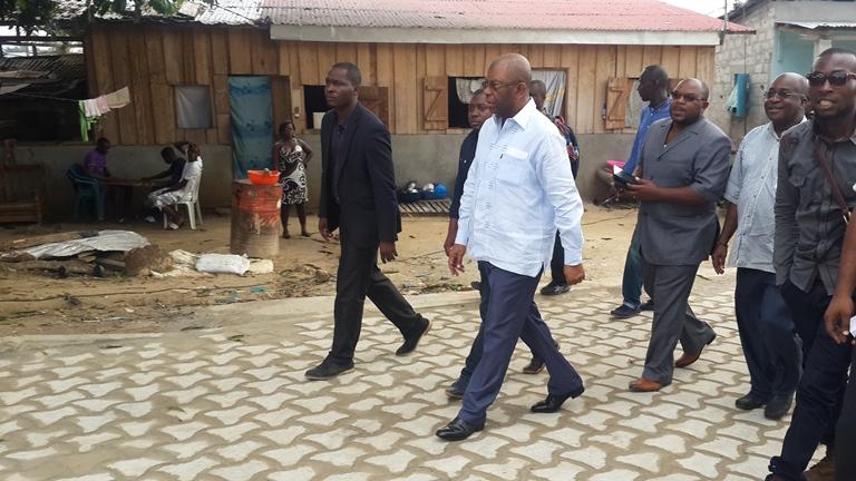 L'élu du 4ème arrondissement de Libreville marchant fièrement sur la nouvelle route  @ Gabonactu.com