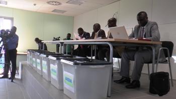 les urnes d'où devaient sortir les noms des locataires @ Gabonactu.com