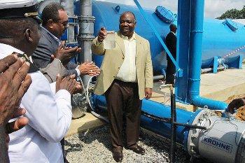 Buvez c'est une eau potable semblait dire le président gabonais @ DCP