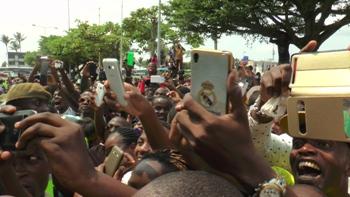 Une vue du public venu spontanémént accueillir l'enfant prodige @ Gabonactu.com