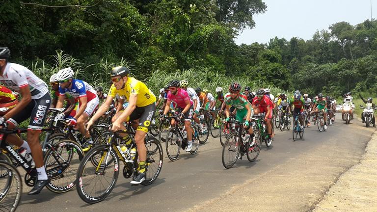Adrien Petit s'est accroché sur son maillot Jaune depuis le Cap-Estarias, lieu du départ de la 7ème étape (132km) @ Gabonactu.com