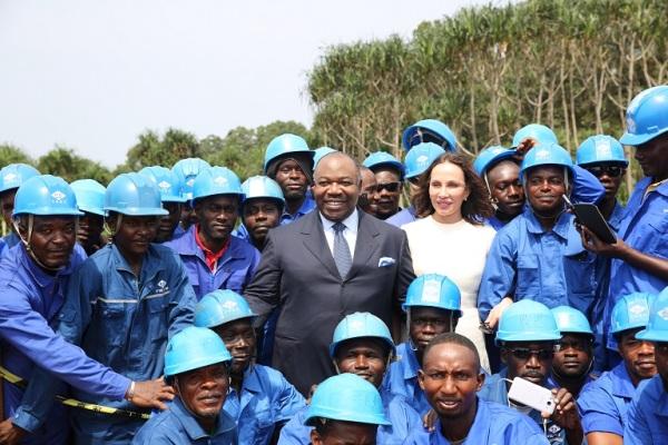Le candidat Ali Bongo et son épouse ont posé avec les ouvriers témoins de sa déclaration de candidature en pleine jungle @ DCP